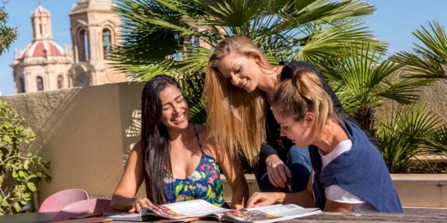 Estudiantes conversando en el Instituto de Ingles AM Language studio