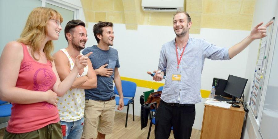 Profesor dando clases Maltalingua School of English