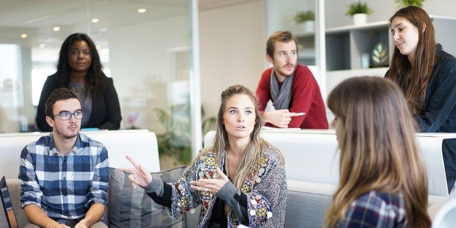 Grupo de personas conversando en inglés Gateway School of English Malta