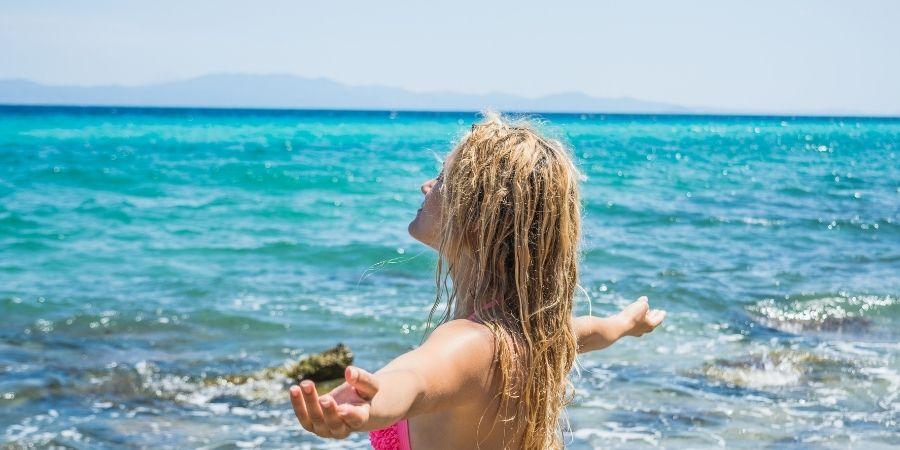 Mujer soleándose en la playa