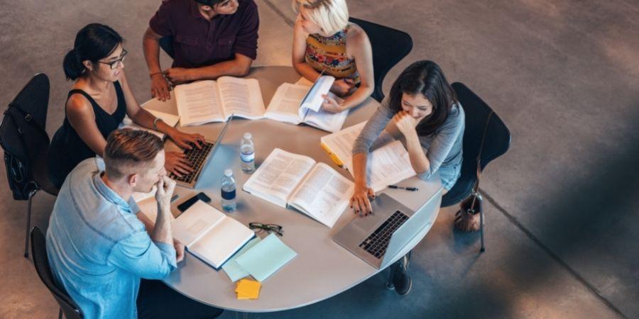 Personas visadas reunidas en sesión de estudio