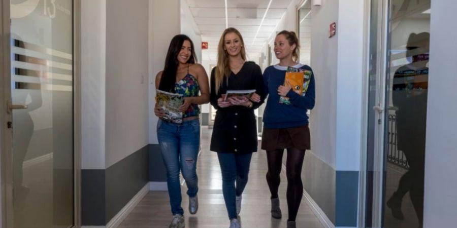 estudiantes caminando en la escuela AM Language
