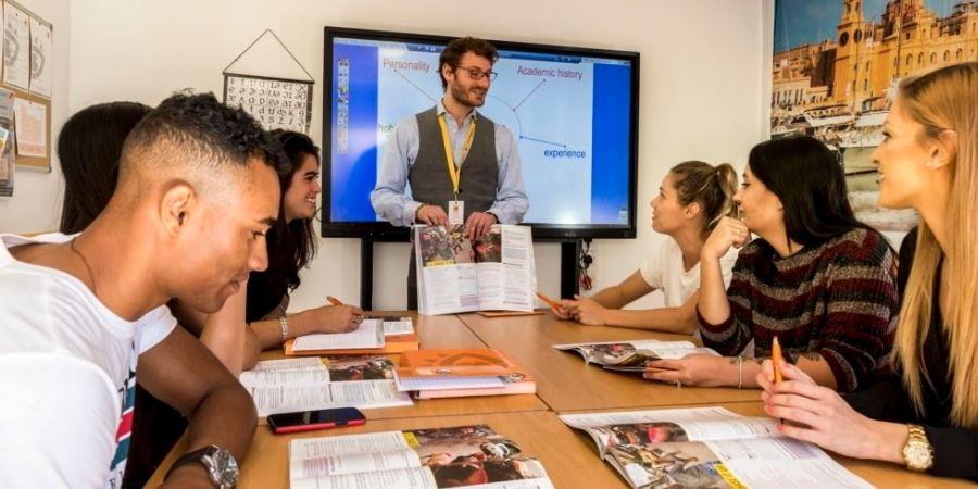 Estudiantes en aula de clases de Ingles en AM Language Malta