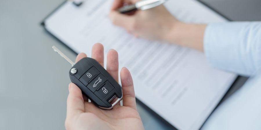 firmando contrato de alquiler de carro malta