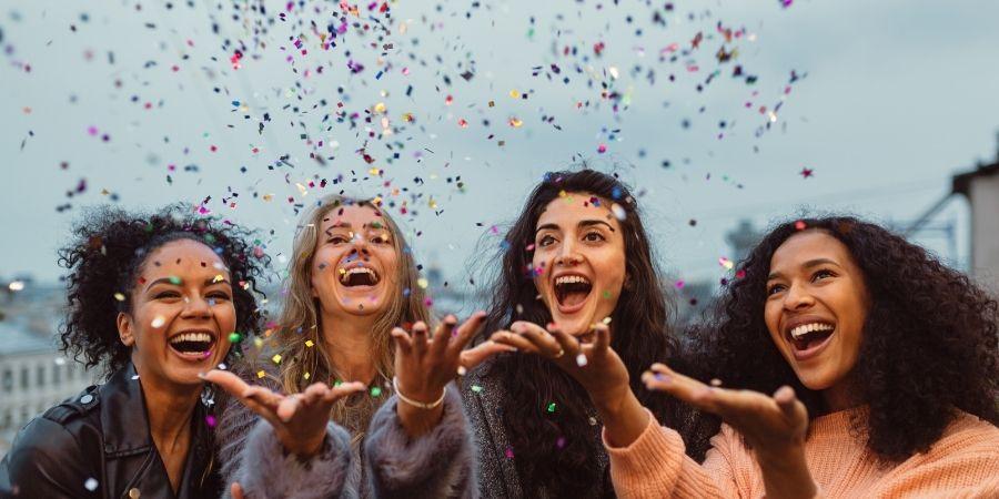 Grupo de mujeres emocionadas por emigrar
