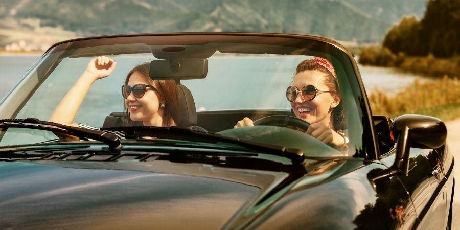 chicas manejando automóvil malta