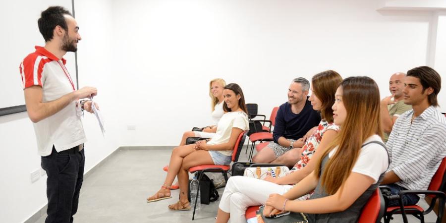 profesor dando clases de ingles colegio IELS Malta