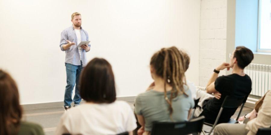 profesor dando clases en una escuela malta
