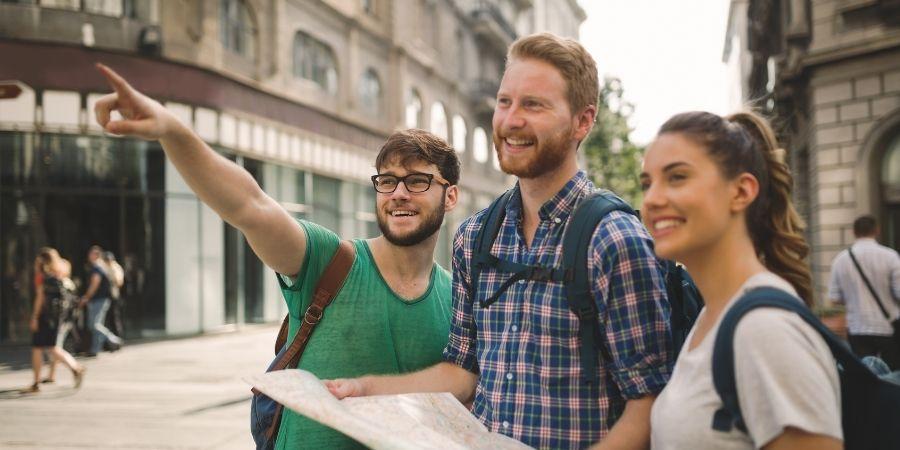 Turistas paseando por malta